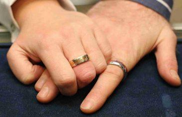 Prodali su vjenčano prstenje da bi kupili lijekove bolesnoj kćeri.