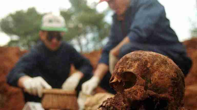 Tražili su 500 maraka da vam ne ubiju rođaka, slagali su i ubili ga; danas traže 500 maraka da bi kosti ubijenog pokazali, i opet lažu
