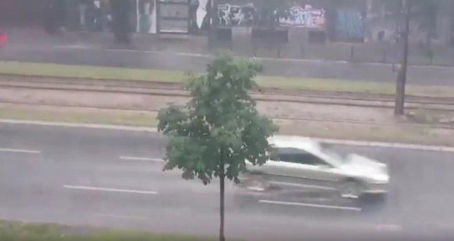 Potpuni haos u Sarajevu: Kroz grad protutnjala oluja, za 15 minuta pljusak potopio ulice grada