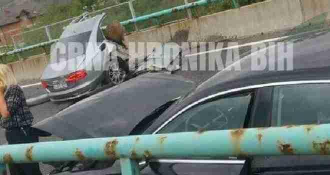Stravičan prizor kod Ilijaša: U nesreći na autoputu poginula jedna osoba, od siline udara automobil se prepolovio