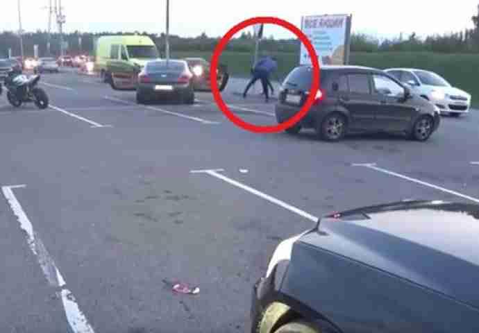 "JESI LI NEŠTO ZABORAVIO: Motociklista spazio kako bahati vozač ""bentlija"" baca SMEĆE van kante, pa ga ""kaznio"""
