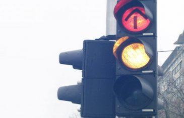 STO POSTO BOSANAC: Zanimljiv natpis na semaforu do suza doveo regiju!