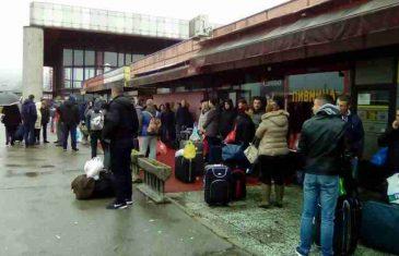 TUŽNA SLIKA IZ BANJALUKE: 200 ljudi odlazi u Slovačku da radi 12 sati za 500 evra, a moj drug Jasmin plače jer ostavlja bolesnu majku!