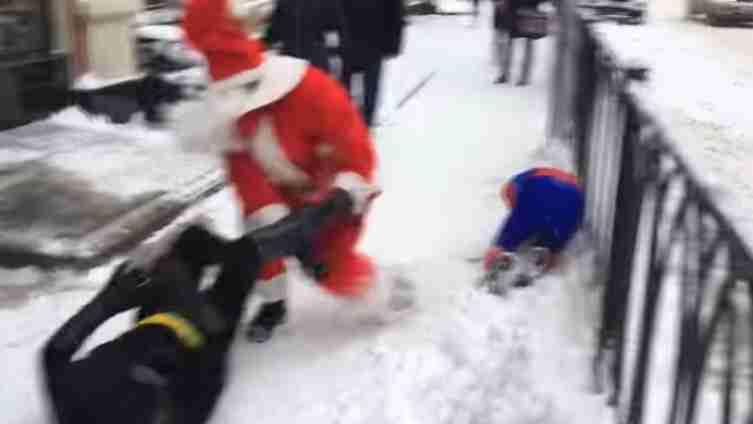 Betmen prebio Spajdermena, uletio Djeda Mraz i pokazao ko je glavni