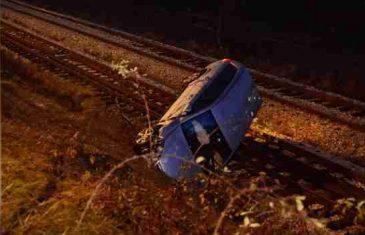 Nesreća u Sarajevu: Nakon sudara automobil završio na šinama, vozač teško povrijeđen