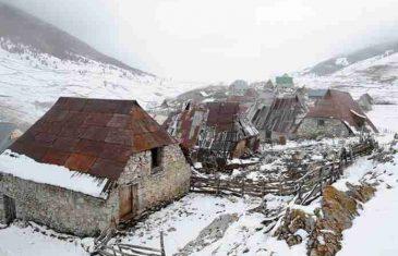 Lopovi ostavili prazne flaše, opuške i ženski veš: Opljačkano selo Lukomir, obijene kuće, polupani prozori…