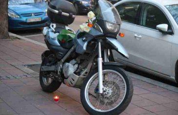 I NEBO PLAČE: Motor Nebojše Glogovca ispred stana, a na njemu tužna poruka – i ruže jednog dječaka! (FOTO)
