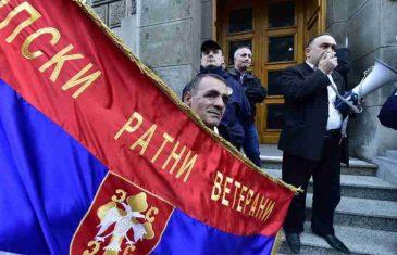"""PROTEST SRPSKIH RATNIH VETERANA: """"Obećali ste nam da ćemo se ubuduće raznositi zlatnim kašikarama, a ne zarđalim bombama!"""""""