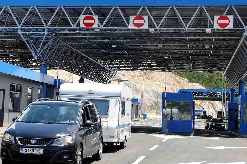 RASKRINKANI CRNOGORSKI POLICAJCI NA GRANICI SA SRBIJOM: Na ovaj način nesmetano uzimaju MITO od turista!