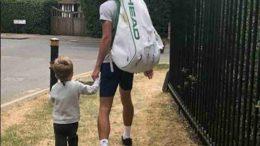 ĐOKOVIĆIMA NI NEVRIJEME NE SMETA: Novak sa sinom šetao po kiši. Sve je zaprepastio jedan DETALJ na malom STEFANU!