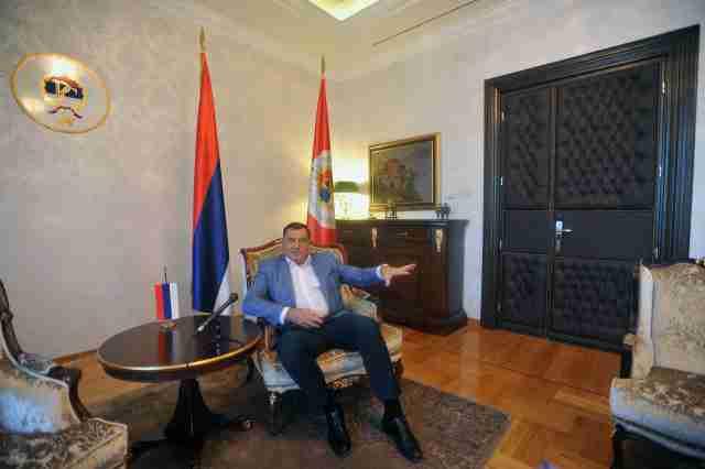 DODIKOVOJ PRATNJI ZABRANILI DA UĐU S ORUŽJEM U PREDSJEDNIŠTVO: Čuvaće me policija Republike Srpske, neću da budem glineni golub!