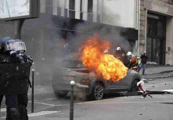 HOROR U GLAVNOM GRADU: Zapalili banku, vatrogasci spašavaju majku i dijete iz požara, bacaju dimne bombe i kamenice na policajce
