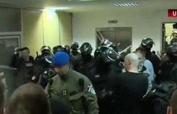Totalni haos u Beogradu: Demonstranti prodrli u zgradu RTS-a, a onda je uletjela do zuba naoružana policija!