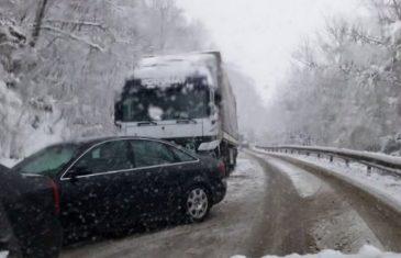Snijeg napravio haos širom BiH: Na Karauli popriječeni kamioni, na Kupresu i u Glamoču saobraćaj potpuno obustavljen