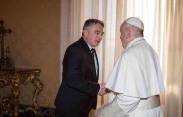 ŠTA ĆE REĆI ČOVIĆ NA OVO? OBJAVLJEN VIDEO SNIMAK: Pogledajte kako je papa Franjo dočekao Komšića