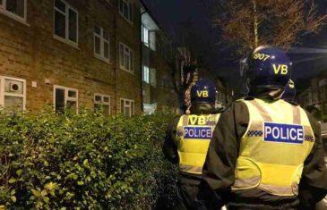 SVIJET SE BORI PROTIV VIRUSA, A ONI PRAVE ŽURKU: Britanska policija rasturila zabavu na kojoj je bilo 25 odraslih i djece…