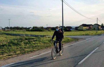"""IDE MILE, BEZ IJEDNOG DRUGA: Pogledaje kako se Milorad Dodik provozao biciklom kroz rodni kraj, navodno, """"na oduševljenje prolaznika""""…"""