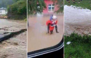 Apokaliptični prizori: Voda se probija u kuće, vatrogasci na leđima spašavaju ljude, aktivno klizište…
