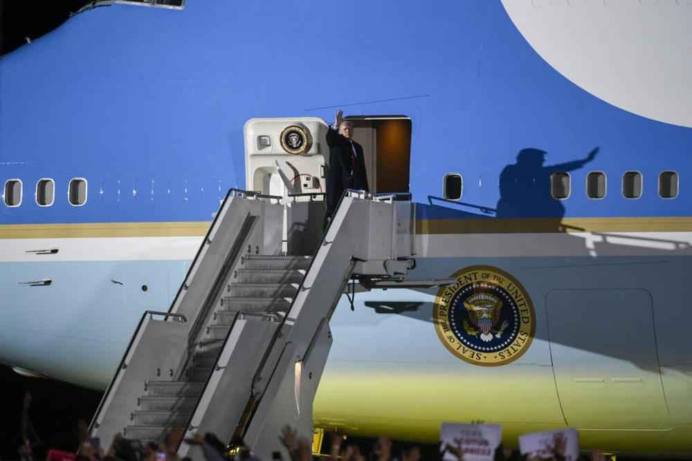 OTKRIVENI NOVI DETALJI: Tramp je izgledao letargično, a rukovao se sa 100 ljudi! Iako zaražen, hoće da se obrati naciji!
