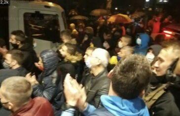 Stotine građana ispred Općine Ilijaš – Kamion odvozi dio izbornog materijala, dio iz nepoznatog razloga ostaje, Konaković opet stigao