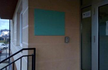 Uklonjena tabla s imenom ratnog zločinca Radovana Karadžića sa Studentskog doma na Palama
