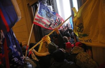 PETA ŽRTVA NASILJA U KAPITOLU: Preminuo policajac koga su Trumpove pristalice udarile aparatom za gašenje požara